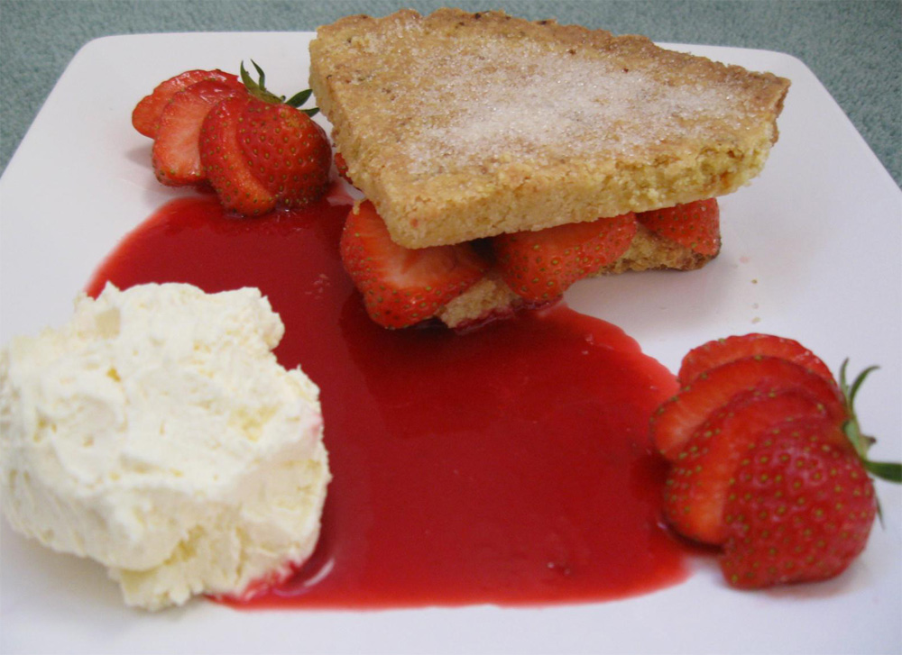 Orange shortbread with strawberries